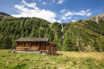 Österreich, Tirol, Lienz, Wandern durch das Tal im Nationalpark Hohe Tauern auf 2000m, Tal des Wassers Wall mural