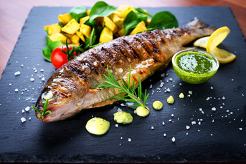In de dag Vis Grilled trout with potato and spinach