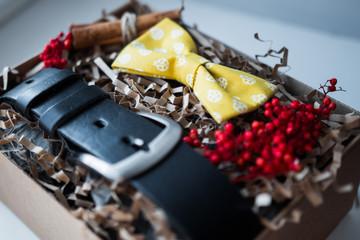 Красивые подарки, ремень и галстук бабочка / крафтовые подарки и яркое наполнение, подарочные наборы