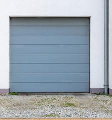 Tor einer Garage aus Metall
