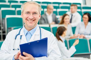 Älterer Mann als stolzer Medizin Dozent