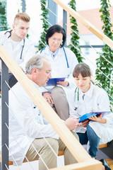Ärzteteam bei einer Besprechung im Flur