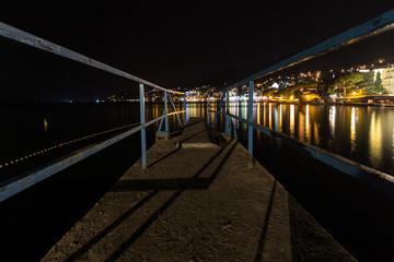 Stadt am Meer in der Nacht mit Steg