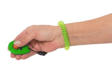 Hand hält Klicker für Klickertraining