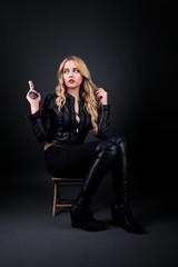 femme avec un pistolet isolé