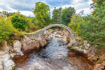 Aufnahme der Carrbridge in den schottischen Highlands fotografiert tagsüber im September 2014