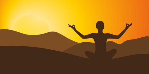 person meditiert bei sonnenaufgang berglandschaft