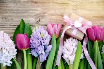 Grußkarte - Blumenstrauß mit Geschenk - Frühlingsblumen