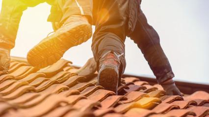 Dachdecker auf dem Dach Arbeistsicherheit mit Flares