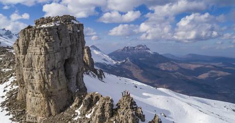zirvedeki kayalıklar ve başarılı dağcı grubu