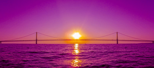 Poster Pont Sunset view and Mackinac Bridge in Michigan, USA. This is a long steel suspension bridge located in the Great lakes region and one of the most famous landmarks of North America.