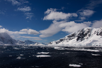 Foto auf AluDibond Antarktis Antarctic landscape with sea and mountains