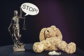 Ein Teddybär symbolisiert ein missbrauchtes Kind
