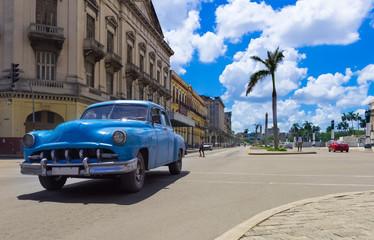 Blauer amerikanischer Oldtimer fährt auf der Hauptstrasse durch Havanna City Kuba - HDR - Serie Kuba Reportage