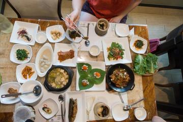 Koreanisches Essen mit Stäbchen