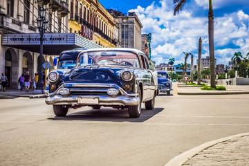 Schwarzer amerikanischer Oldtimer fährt auf der Hauptstrasse durch Havanna City Kuba - HDR - Serie Kuba Reportage