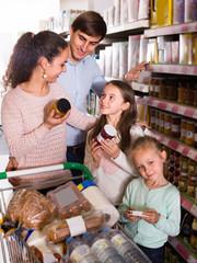 parents with children choosing jar