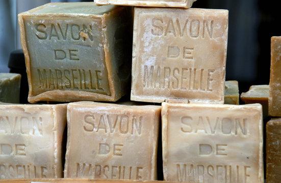 Luberon (Vaucluse) Savon de Marseille en vente sur un marché de Provence, France