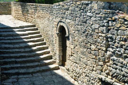 Bonnieux (Vaucluse) vieux mur, porte et escalier, luberon, Provence