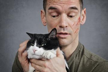 homme griffé par son chat