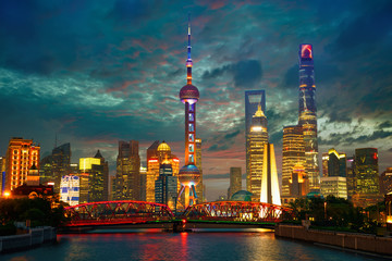 Fotorolgordijn Shanghai Shanghai skyline at dusk with Garden Bridge, China