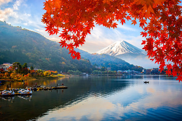 Poster Lieu connus d Asie Mount fuji at Lake kawaguchiko with sunrise in the morning and Autumn colorful red maple leaf.