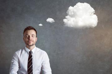 Entspannter, ausgeglichener Mann mit Gedankenblase