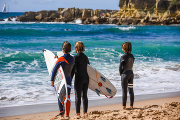 Surfer am Strand von Carcavelos; Portugal