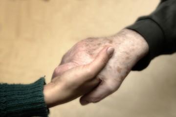 Sollevare consolare aiutare anziani