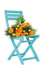 Gartenstuhl mit Blumenstrauß isoliert auf weißem Grund