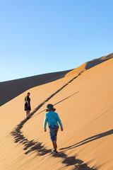 Namibia, Hardap, Sossusvlei, Mutter mit Sohn bei einem Spaziergang durch die Wüste, Besteigung der Big Daddy Dune bei Sonnenaufgang