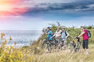 Urlauber auf einer Biketour am Meer