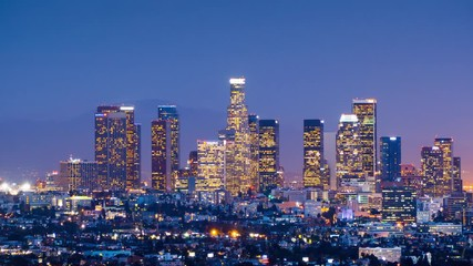 Fototapete - Zoom in downtown Los Angeles skyline change dusk night city. 4K UHD Timelapse
