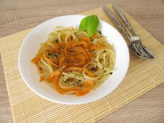 Low Carb Gemüsespaghetti und Spaghetti in Brühe