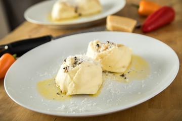 Hausgemachte Tortelloni mit Paprikafüllung, Trüffel Butter und Parmesan