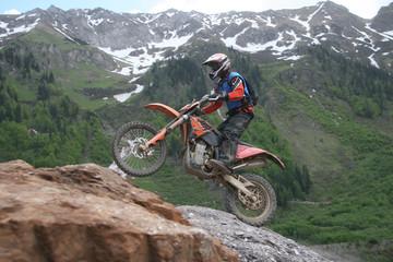 Motocrossfahrer am Berg