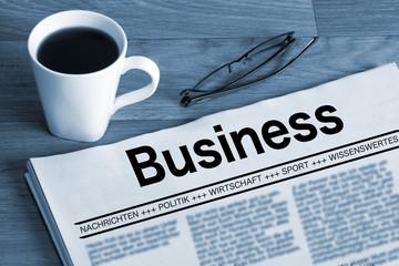 Eine Tasse Kaffee und eine Wirtschaftszeitung