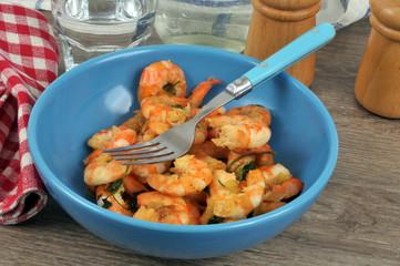 Crevettes cuisinées à la thaïlandaise dans une assiette