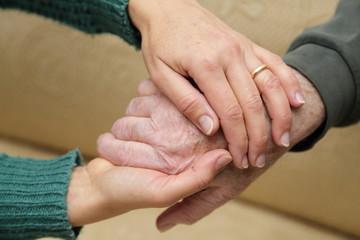 Mani tra le mani in segno di sostegno