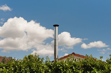 Ein glänzender Schornstein aus Edelstahl unter blauem Himmel