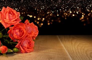 красивая розовая роза которая лежит на деревянных досках
