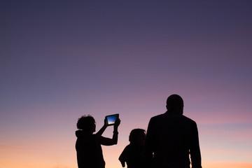 Famiglia guarda il tramonto