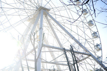 Ferris wheel in contrast to the sun.