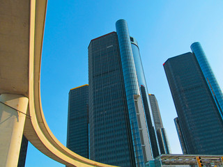 Renaissance Center and elevated railway in Detroit, Michigan, USA.  The Detroit People Mover - the elevated rail system forms a loop around downtown.