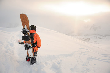 Foto auf AluDibond Wintersport Back view of snowboarder looking on mountain peaks