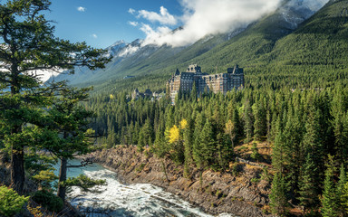 Spoed Foto op Canvas Khaki Autumn at the Fairmont Banff Springs Hotel with the Bow River