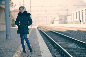 Ragazzina alla stazione ferroviaria