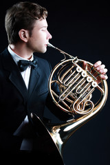 Photo sur Aluminium Musique French horn player classical musician