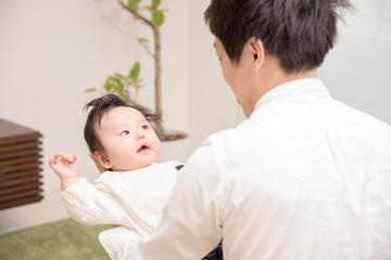 育児をする父親