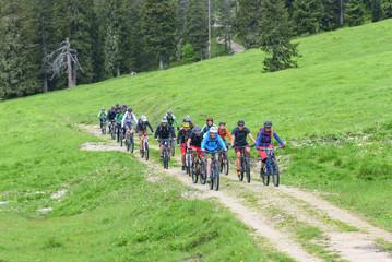 größere Mountainbike-Gruppe gemeinsam unterwegs